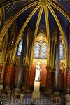 Часовня Сент-Шапель (Sainte Chapelle) фактически состоит из двух часовен. Довольно темная нижняя часовня, с расписанным звездами потолком, предназначалась ...