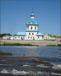 Успенская церковь (из-за подъёма воды в результате строительства Чебоксарского водохранилища нижний этаж церкви пришлось одеть в бетон.Церковь оказалась ...