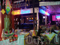 Многоуважаемый Король в самом центре ночной жизни на знаменитой в Паттайе улице