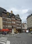 Маленькая площадь в центре Ренна, где сохранились фархверковые домики