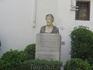 Памятник Аль Гафеки - еврейский офтальмолог, впервые сделавший операцию по удалению катаракты в 12 веке. Жил в  г. Кордова