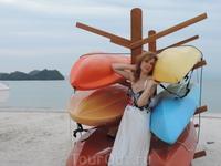 На пляже можно было взять разноцветную лодку и поплыть вдаль. Но мы предочитали с ними фотографироваться.