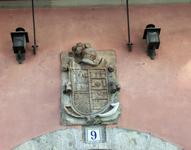 Еще пара сувениров - барельеф с красивым гербом. Не знаю чей это герб, но какие красивые башенки :)