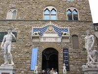 Палаццо Веккио. Перед Палаццо Веккио находится ряд скульптур, среди которых знаменитая копия Давида работы Микеланджело, заменившая в 1873 году оригинал ...
