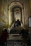 """""""Святая лестница"""" — лестница, привезенная св. Еленой из Иерусалима, и якобы происходящая из дворца Пилата. По церковному преданию, именно по этой лестнице ..."""
