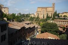 Вдали Базилика Сан-Доменико,выстроена с 1226-1265г.г. В ней находятся мощи(голова  и  палец) Святой Екатерины Сиенской .  Родилась в 1348 году  в семье сиенского ремесленника,было его 25 ребенком.Всю