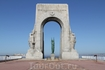 У монумента героев на марсельской набережной