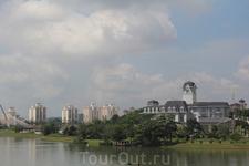 Путраджайя. На противоположном берегу дворец короля Малайзии