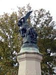 Еще одна из знаменитых скульптур парка Ретиро - Падший ангел. Считается чуть ли не единственным в мире памятником дьяволу. Скульптор Риккардо Беллвера ...