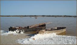 лодки на берегу Розового озера