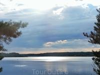 С холма, на котором стоит церковь, открываются потрясающие виды на озеро