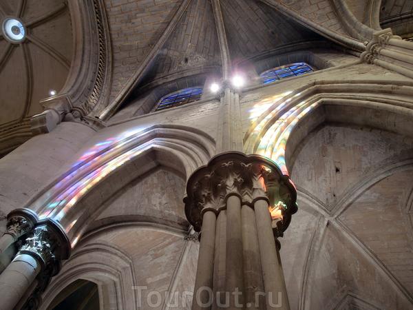 Обычно витражи в соборах написаны на библейские сюжеты, а тут - чистая игра цвета и света, которая в солнечных лучах переливается и отражается на стенах собора, создавая эффект мозаики.