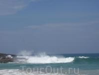 Апрель - начало сезона дождей. На море часто волны.