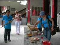 Храм Тхиен Хау расположен на шумной улочке Nguyen Trai китайского квартала Cho Lon. Перед храмом — железные ворота и небольшой дворик. Крыша украшена маленькими ...