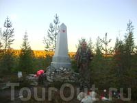 Рядом с обелиском новые захоронения останков партизан, найденных поисковым отрядом Сергея Михайловича Симоняна.