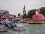 Фонтаны - одна из достопримечательностей площади. У них есть имена - лорд Бетти (Lord Beatty) и лорд Джеллико (Lord Jellicoe). Построены в 1840 году с ...