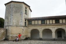 Старинные башни и стены крепости