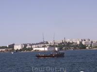 В Севастополе тоже стреляют из пушки в 12 часов - со стены вон того беленького здания. Это Константиновский равелин, еще одно укрепительное сооружение ...