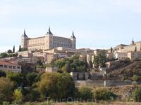 Толедо. Общий вид замка Алькасар, внушительные очертания которого возвышаются над старыми кварталами Толедо