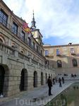 На Plaza del Ayuntamiento напротив собора стоит мэрия Толедо. На флагштоках развеваются 4 флага - Евросоюза, Испании, провинции Кастилья - Ла Манча и флаг ...