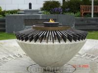 Олимпийское пламя в олимпийском парке в Лозанне, на берегу озера Leman (женевское озеро)