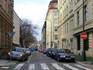 От улицы Вышеградской отходят вот такие тихие пражские улочки. Утро, народу мало.