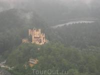 По соседству с замком Нойшванштайн, с той же смотровой площадки открывается вид на другой замок - Хоеншванбрау, где сказочный король провел свое детст