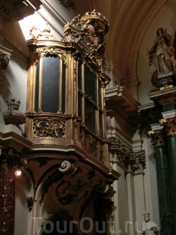 Королевская ложа, с которой королевская чета могла слушать проповеди. Вход в ложу был соединен с частными покоями королевы в монастыре.