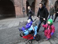 Часто можно увидеть родителей с двумя-тремя ребятишками.