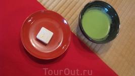 В чайном домике. Сад Золотого павильона. Зеленый порошковый чай и вагаси-японские сладости