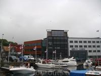 Офисные здания недалеко от причала