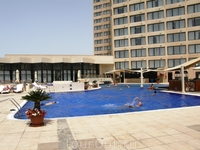 """Отель """"ИнтерКонтиненталь Абу-Даби 5*"""". Бассейн отеля"""