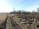 С краю видны почти разваливавшиеся домики деревни. Здесь почти не осталось жителей, все уехали в города