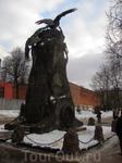 """Памятник с орлами. Вид """"сзади"""""""