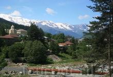 Главное богатство края - горы. Говорят, в этом году зима здесь позадержалась и нам очень повезло увидеть кавказские хребты в снегу.