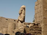 статуя Рамзеса какого-то на территории Храма