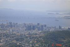 Мост протяженностью 13 километров, соединяющий города Рио-де-Жанейро и Нитерой. В 1968 году камень в основание моста заложили Елизавета 2  и принц Филипп ...