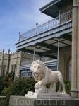 грозные львы  охраняют дворец