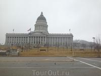Примечательно, что купол Капитолия штата Юта идентичны тем, которые находятся в здании, где заседает Конгресс США