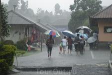 Бали/ Озеро Батур со всех сторон окружают горы, здесь повышенная облачность и как результат частые проливные дожди