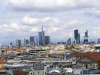 Над городом возвышаются монстровые бизнес-центры, похожие как родные братья, на центры в Москве или Мадриде.
