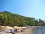 хвойный лес (сосновый) вплотную подходит к лазурному морю. Местные жители называют его средэгейским, на самом же деле это средиземное море!
