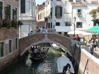 Просто картинка из повседневной жизни Венеции.. Гондольеры, туристы..
