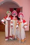 Русские красавицы, экскурсоводы по Мышкиным палатам.