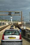 """Пассажиры на автобусах и в автомобилях садятся на грузовой поезд, управляемый """" Евротуннелем"""", который проделывает путь между Кале и Фолкстоуном за 35 ..."""