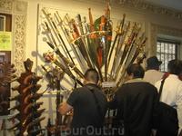 """Написано: """"Пожалуйста, не трогать"""". Ну как удержаться японским самураям при виде мечей, инкрустированных золотом?"""
