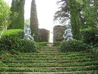 А это еще две статуи на главной лестнице.