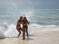 Девчата радуются буйной воде...