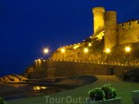 Вечерний вид на средневековый город-крепость Vila Vella («Старый поселок»)