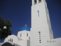 Фиростефани; таких церквей много на Санторини